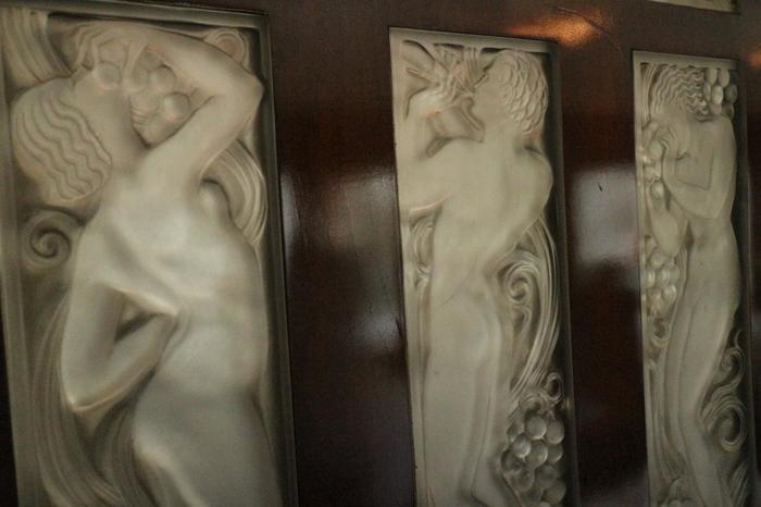 展示室は、19世紀末に頂点を極めたラリックのジュエリーの傑作を集めた「アクセサリー」や、ガラス工芸作家への転身のきっかけとなった「香水瓶」、美的なオブジェとして取り組んだ「花器」等など、テーマごとに区切られています。 【画像は、館内展示のオリエント急行内のラリックが手掛けた装飾ガラス『彫像と葡萄(1928年)』】
