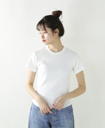 薄 手☆☆☆★☆厚 手 タイト★☆☆☆☆ゆったり 柔らか☆☆☆★☆ドライ  アメリカの老舗下着メーカー「HEALTH KNIT」のファブリックを使用し、しっとりとした肉厚のあるコットン100%生地感のリブTシャツ。伸縮性のあるので、ボディラインに沿うキレイなシルエットが楽しめて、すっきりとしたスタイリングに。丈が短めですっきりしているのでトレンドのワイドパンツとも相性バツグン。
