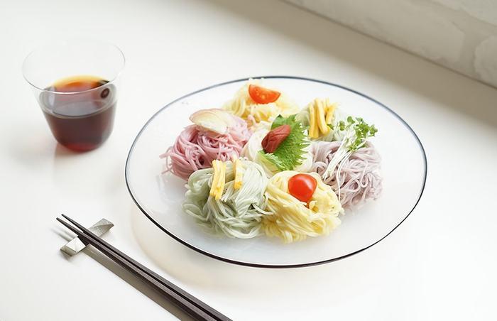 最近では野菜の色素などを使った鮮やかな色そうめんも増えました。透明感が涼しげなガラス皿に並べて盛り付け食べ比べ。いろとりどりで、お花畑のような華やかさに。