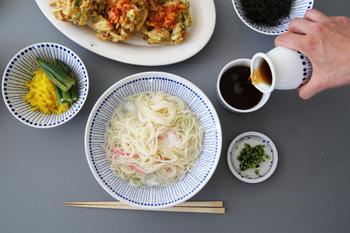 カジュアルに食べるなら、麺鉢に一人分ずつ盛り付けて。テーブル全体を揃いの柄の器でコーディーネートすると、洒落たカフェのメニューのようですね。