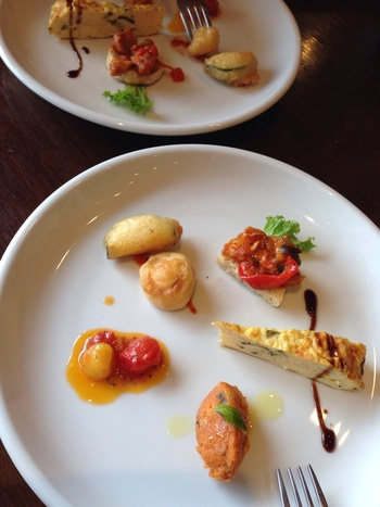 前菜盛合せ・パスタ・ドルチェ・カフェが付いたランチ。ひとつひとつ丁寧に作られた前菜は、じっくり味わいたくなります。