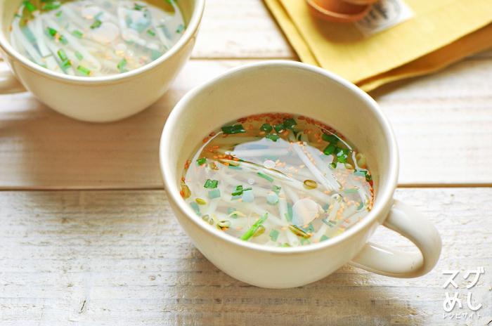 カップに材料を入れ、お湯を注ぐだけのとっても簡単スープのレシピ。もやしはレンジでチンして柔らかく。ワカメやしょうがを加えたアレンジも◎