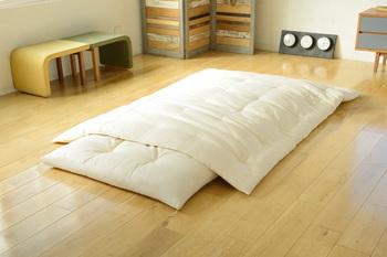 木綿の魅力を全身で感じられるのがお布団ではないでしょうか。敷き布団には弾力のあるコットンを、かけ布団にはしなやかなコットンを用いて、快適な寝心地をサポートしてくれます。