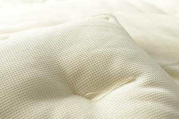 布団の中はもちろんのこと、包んでいるコットンも100%ナチュラルコットン。ワッフル生地で肌触りも優しいんです。