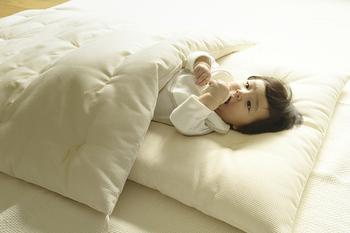 高い吸湿性が特徴のナチュラルコットンは、ベビーの寝具にもぴったり。汗っかきな赤ちゃんの体を快適に保ってくれます。