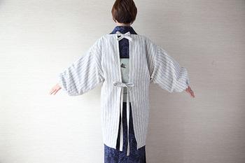 ウエストの紐は後ろで結っても、前で結ってもOK。ゆったりとした作りなので、どんな服装や体型でも着ることができます。