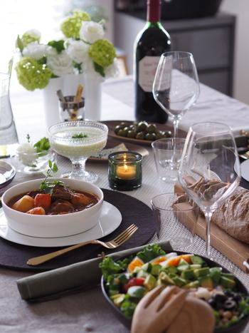 相手の好みに合わせてお料理やケーキを手作りしてみると、深い愛情を伝えられそうですね。食材は、季節感を大切にして彩りよく仕上げてみましょう。カラフルな食卓を心がけると、自然とバランスの良い献立を作ることができます。