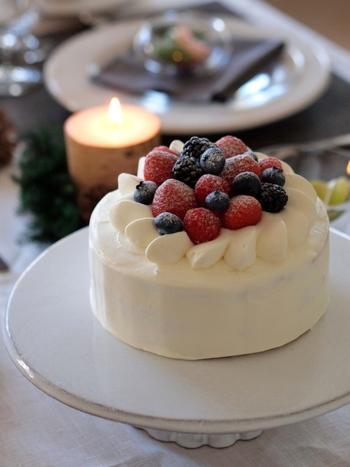 ケーキを手作りするなら、ぜひホールケーキを。市販のものだと大きすぎて、二人では食べきれないこともよくありますが、自分で作るケーキならちいさめホールケーキで豪華にアレンジすることができます。12センチ(4号)前後のケーキの型で作ると、見栄え良く、ちょうどいい大きさのケーキになります。