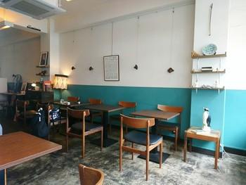 白と青の壁紙がおしゃれな、落ち着いた雰囲気のカフェ・ゾエ。ゆっくりした時間を楽しめる、コーヒーが美味しいカフェです。