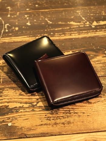 ファスナーがぐるりとついたちいさめのお財布は、セカンド財布としてもおすすめで、心を込めたプレゼントにぴったりのアイテムです。お札を入れるところに仕切りがあったり、カードポケットがついていたりと小さくても実用性は高いアイテムになっています。