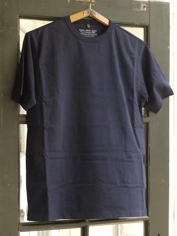 シンプルなワンカラーのTシャツなら、何枚あっても嬉しいものです。適度にハリのある素材感で、一枚で着ても、重ね着をしても美しく決まります。