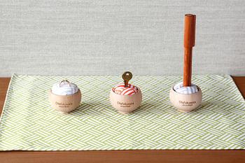 木製のカップにギュギュっとナチュラルコットンが詰まったインテリアアイテム。中央にスリットが入っているから、指輪を入れたり、鍵を入れたり・・・自由に差し込んで固定できます。