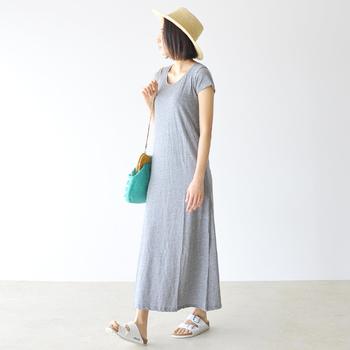 ゆったりと着られる軽やかなワンピースは、まさにワンマイルウェアには持ってこいのアイテム。足首まであるロング丈にすれば、気になる下半身もしっかりカモフラージュできます。外出時には夏小物を合わせ、おしゃれな季節感をトッピングして♪