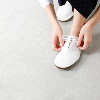 甲周りにぴたりと沿ってくれる靴は足との一体感が増します。サンダルなどを選ぶ時も、甲の部分をしっかり抑えるデザインのものを選ぶと歩くのがとても楽になりますよ。とはいえ、きつく締め付け過ぎるのもNG。甲周りが紐で調節できたり、脇にゴム素材が使われていて自然に足にフィットしてくれるものは、歩行時のストレスをかなり軽減できます。