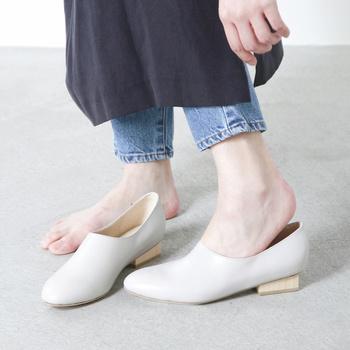かかとがすぐに脱げてしまう靴では、歩く時うまく地面を蹴り出すことができません。「かかとには少し隙間があるくらいが良い」などと言われることもありますが、大きすぎても靴の中で足が泳いでしまい、靴擦れや外反母趾の原因となります。理想はやっぱり、かかとをキュッと柔らかく包んでくれるサイズ。微妙な調整が必要な場合は中敷を使うと良いでしょう。