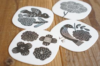 陶器やファブリックなどを製作されている鹿児島睦さんのデザインのコースター。4つの絵柄がセットになっています。