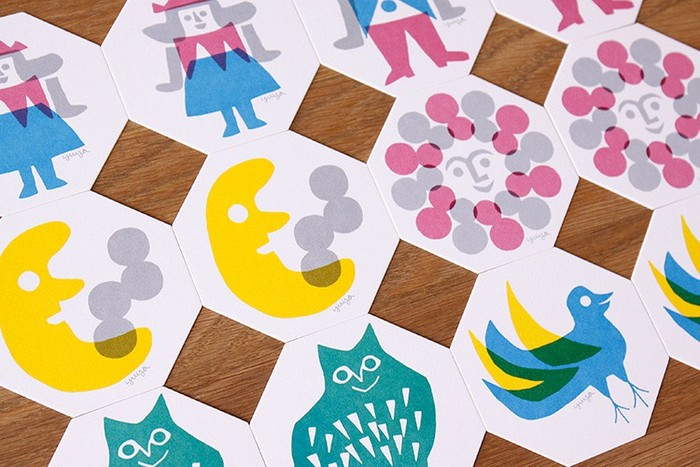 切り絵作家のYUYAさんによるデザイン。八角形のカタチに、明るくポップな色使いで描かれたハッピーでキュートな絵柄が可愛いですね。