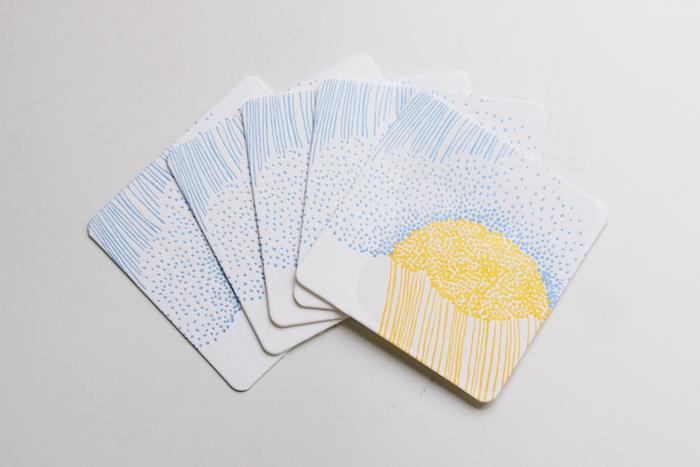 北海道在住のテキスタイルデザイナー・岡理恵子さんが主宰する「点と線模様製作所」によるデザイン。「どしゃぶり」という商品名ですが、雨の日の憂うつ感はなく、明るい雰囲気に惹き込まれます。