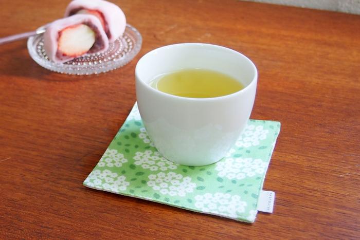 綿100%のてぬぐい生地と綿麻を合わせたコースター「茶布(ちゃふ)」。小さな手毬(てまり)のような、小手毬(こでまり)の花を一面に並べた可憐な図柄。