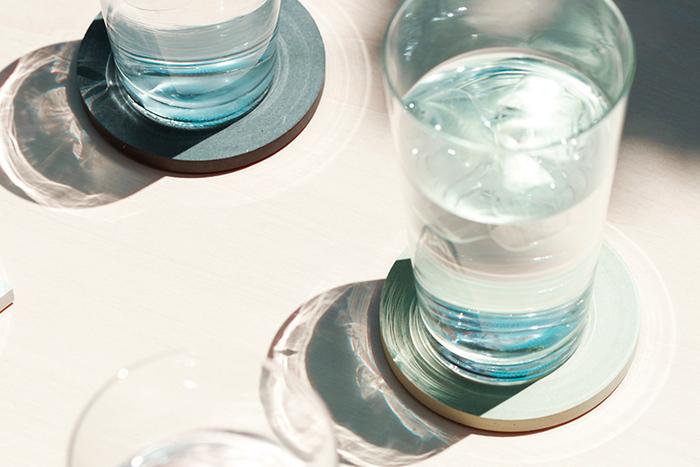 夏は冷たい飲み物の出番が多くなる季節。コップについた水滴からテーブルを守るためにも、コースターは欠かせないアイテムです。