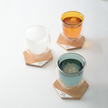 また、コースターを使うことで普段とは違った特別感を演出でき、テーブルを華やかに見せてくれるという効果も。