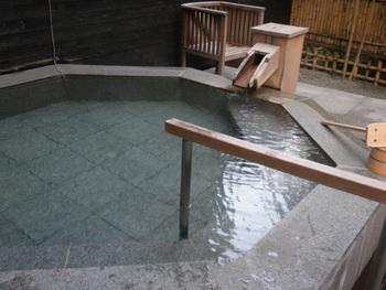 大浴場には、露天風呂と内風呂、さらにドライサウナも併設されています。室内の露天風呂もいいけれど、もう少し大きなお風呂でゆったり温泉に浸かりたいという方におすすめです。