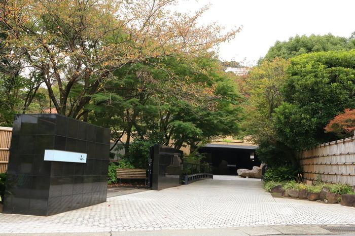「熱海 ふふ」のある来宮駅には、新幹線と電車を利用すれば東京から約1時間ほどで行くことが可能です。事前に予約をしておけば、熱海駅もしくは来宮駅まで送迎があります。