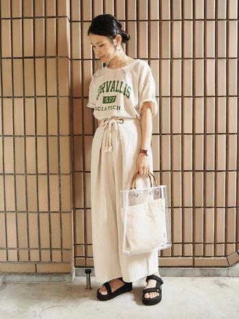 カジュアルな雰囲気のオーバーサイズ気味のTシャツが若々しいイメージの可愛らしいベージュワントーンコーデです。透明な素材を使ったバッグがいいアクセントになっていますね。