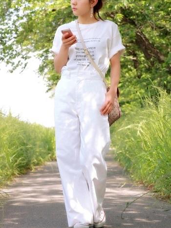 袖をロールアップした白Tシャツは活発な雰囲気を上手にあらわすことができる便利アイテムです。Tシャツをインすることで、お洒落上級者のコーデが完成します。