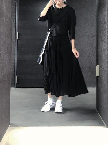 幅の細いプリーツや凝った襟元、パールの並んだバッグなど、ひとつひとつのアイテムが個性的なのに、黒というカラーのおかげで可愛すぎることなく、まとまりのあるワントーンコーデになっています。