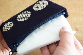 水玉をデザインしたデザインは、ひとつひとつ刺し方が違います。中は、ファスナー付きのポケットがひとつ、その両脇にもポケットがふたつ付いています。ちょうどポケットティッシュが入るサイズなので、ポケットティッシュケース兼ポーチとして活躍してくれそうです。
