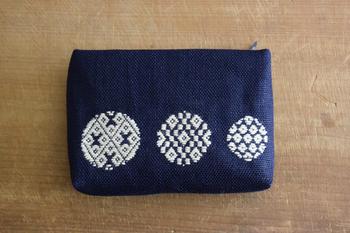 「津軽こぎん刺し」のポーチは、カジュアルにも持てる和テイスト。 江戸時代、麻の着物しか着ることを許されなかった津軽の農民達が、長く厳しい冬を少しでも暖かく過ごすため、そして麻を補強するためにと、木綿の糸で刺し子を施すようになったのが「津軽こぎん刺し」の始まりと言われています。 江戸時代を生きた人々の知恵から生まれた伝統工芸品。本物志向の方にはたまらないアイテムですね!
