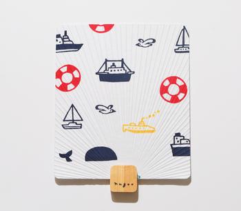 柄の部分が短く四角いデザインは、バッグに入れてもかさばらず持ち運びしやすいメリットも。使い方は扇子と同じような感じですが、扇子よりしっかり風を起こせます。