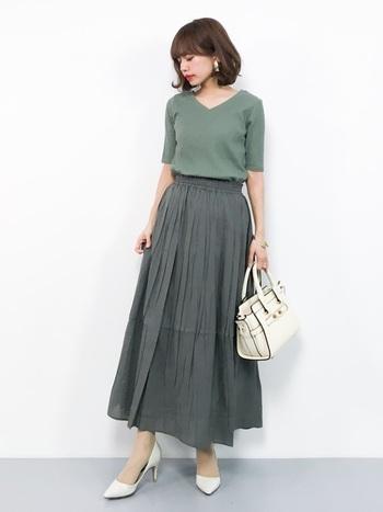 ギャザーたっぷりのスカートのラインをきれいに見せるには、トップスはスカートにインして。肩から腕にかけて寄り添う袖が二の腕を細く見せています。