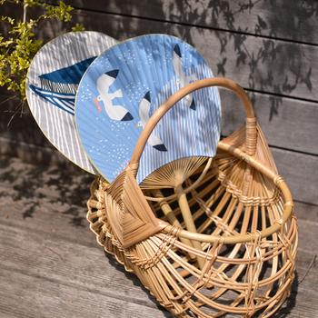 暑い時期、ファッションとコーディネートした「うちわ」や「扇子」を使い分ければ、夏のおしゃれがワンランクアップします。