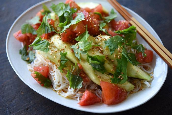 トマトに蒸したナスを合わせて、野菜でヘルシーにボリュームアップされています。ナスは電子レンジで加熱するので手軽に作れます。野菜とそうめんのつるりとした食感を楽しみましょう。