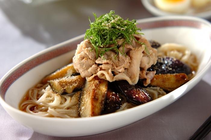 こちらは豚しゃぶと揚げナスの組み合わせでしっかりとした食べ応え。大葉をこんもり盛り付けて、爽やかな風味を加えた夏向きのレシピです。