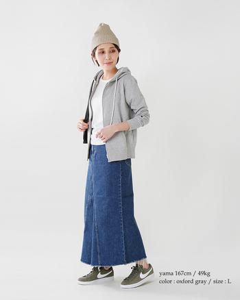 ちょっとした羽織りに最適なパーカー。ジャストな丈感とサイジングのものが一枚あると、いろんなシーンで大活躍してくれます。ノースリーブや袖丈が短いTシャツにオンし、腕まわりのカバーアイテムとして使うのもおすすめ♪