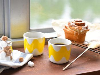 1961年に、マイヤ・イソラによって発表されたデザイン「LOKKI(ロッキ)」柄。持ち手のないラテマグは、コーヒーなど温かいドリンクを飲む時はもちろん、その他にもいろいろな使い方ができる人気のアイテム。オーブン・レンジOKなので、キッシュや、プリン、茶碗蒸しなど、ぜひお料理にもお使いください。