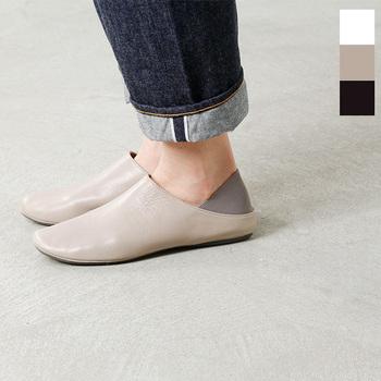 かかとをすっぽり包んでくれるゴアが特徴の、一枚皮を贅沢に使った柔らかなフラットシューズです。つま先も自然なカーブを描いていて、足のラインに無理なくフィット。裸足で履いても心地よく、インソールには軽いクッションも入っています。ちょっとそこまで出かけたい、という時はゴアをたたんでスリッパのようにして履いても◎。