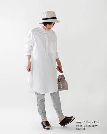 伸縮性のあるスウェットパンツは、家事をするときも街を歩くときも快適そのもの。シャキッとしたシャツを持ってくれば、しっかりキレイめなイメージで穿くことができます。まずはグレー、ブラックなど、ベーシックな色味から挑戦するのがGOOD!