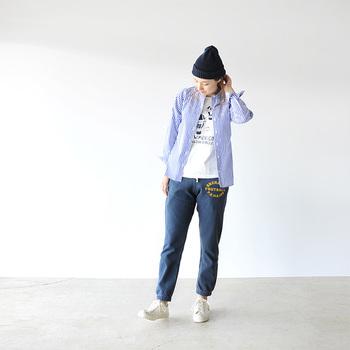 腰にプリントが施されたスウェットパンツで、ボーイッシュなストリートカジュアルを堪能。ブルーを基調にすれば、きちんと清潔感も備わります。裾にゴムが入ったタイプは、丈が簡単に調節できてとっても便利!