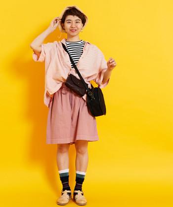 ちょっと甘めのピンクのリネンシャツは、コーディネートをフェミニンかつ爽やかに仕上げてくれる優秀アイテム。いつものスカートやパンツを仕込むだけで、華やかなサマースタイルが叶います♪