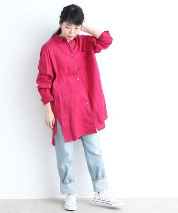 飾らない艶やかさが欲しいなら、ショッキングピンクのリネンシャツなんていかが?ボトムには淡いブルージーンズを指名して、シャツの色が放つインパクトを適度に中和♪