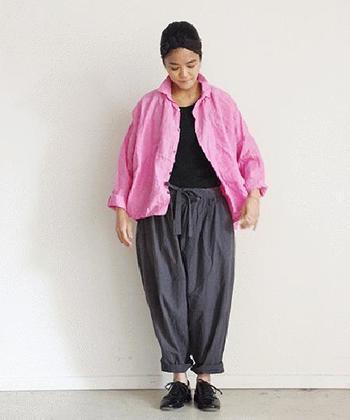 ピンクを使った鉄板配色と言えば、シャープなグレーとの組み合わせ。インナーやシューズでブラックを散らすと、着こなし全体がグッと引き締まります。
