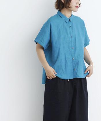 """着こなしをクリアに塗り替えるブルーのリネンシャツ。デニムを合わせてワントーンにするもよし、ダークカラーのボトムで""""くっきりコントラスト""""をつくるもよし!ブルーの中でも、こっくりとしたターコイズブルーを選ぶとおしゃれ度がアップします。"""