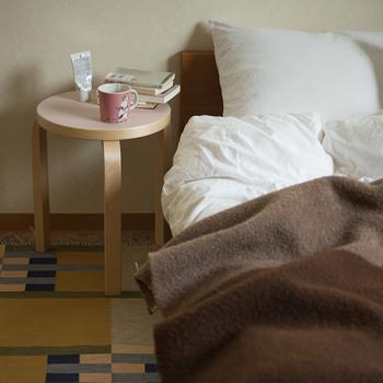 ハンドクリームやマグカップなど、寝る直前まで使いたいものを置いておくのにも、スツールは便利です。さっと置いて、すぐに眠ることができるのは心と体にとっても有意義なことですね。