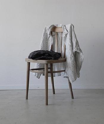さらりとした着心地が魅力のリネンシャツ。見た目にも涼しげで、袖を通すだけで一気に夏らしい装いにしてくれます。 今回は、そんなリネンシャツを取り入れた大人コーディネートを、おすすめの色別にご紹介します♪