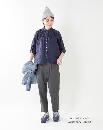 スニーカーやニット帽といったラフな小物を投入しても、ネイビーのリネンシャツ効果で清潔感はしっかりキープ。パンツはクロップド丈を選んでヌケ感をプラス♪