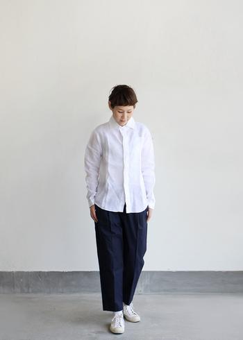 """一枚は持っておきたいホワイトのリネンシャツ。ほどよい""""クタッと感""""があるため、普通の白シャツよりも柔らかい印象で着こなせます。ほんのり透け感があるので、インナーをあえて柄ものにしてみるのもGOOD!"""